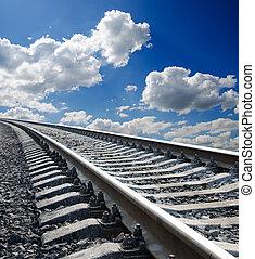 Bajo vista al ferrocarril bajo un cielo azul oscuro