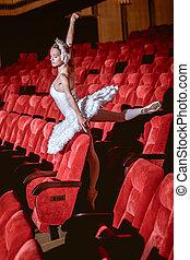 Ballerina sentada en el teatro del auditorio vacío
