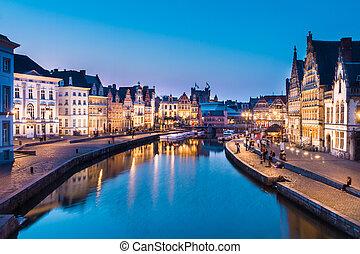 Banco del río Leie en Gante, Belgium, Europa.