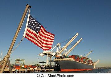 Bandera americana y barco de carga