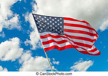 Bandera de EE.UU. y nubes cúmulos detrás