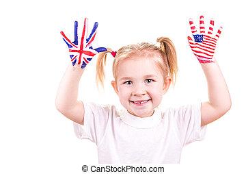banderas americanas e inglesas en manos de niños.