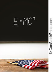 Banderas americanas sobre el escritorio de la escuela