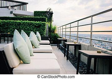 BANGKOK, THAILAND, 25 DE JULIO DE 2015, bar de restaurantes con vista a Bangkok Cityscape en el Salón de las tres sesenta de Millennium Hilton Bangkok Hotel en Bangkok, Tailandia.