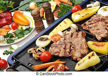 Barbecue, carne de ternera y diferentes verduras y champiñones en la parrilla