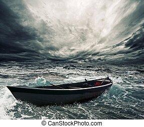 Barco abandonado en mar tormentoso