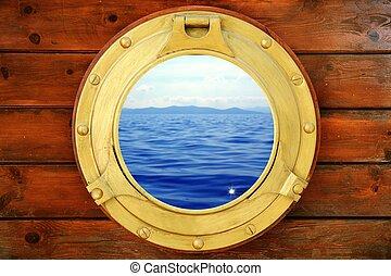 Barco cerrado con vista al mar de vacaciones