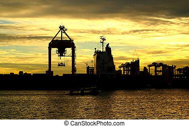 Barco de carga de carga de Sunset con grulla para logis