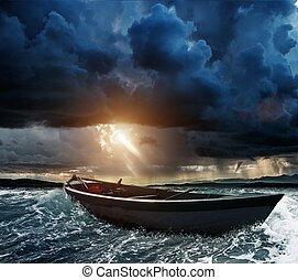Barco de madera en un mar tormentoso