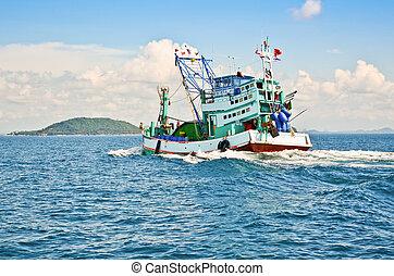 Barco de pesca en el mar