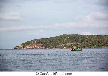 Barco de pesca en el mar.