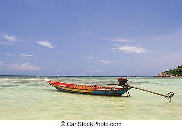 Barco de pesca en el océano
