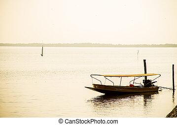 Barco de pesca en el puerto 4