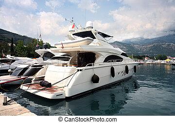 Barco lujoso