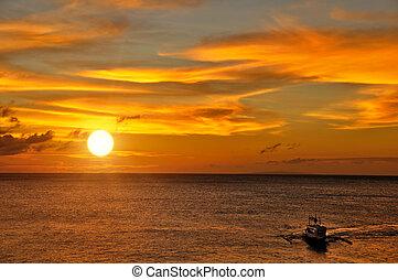 Barco navegando hacia el atardecer