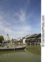 Barco Wuzhen en un río en China