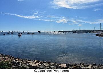 Barcos amarrados en Plymouth Harbor en un día de primavera