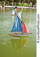 Barcos de juguete en el jardín de lujo de París, Francia
