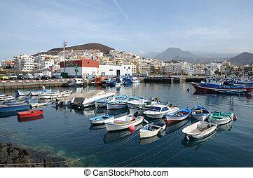 Barcos de pesca en el puerto de Los Cristianos. Canary Island tenife, España
