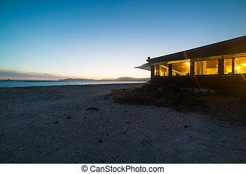 Barra de playa en una noche clara