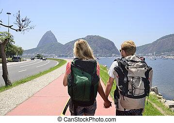 barra, janeiro, mochileros, pareja, de, ambulante, azúcar, río, por, fondo., turistas