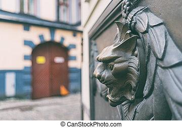 Bas-relief con una fuente en la pared de una casa en Riga