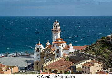 Basilica de Candelaria y Guanche estatuas en la costa del océano