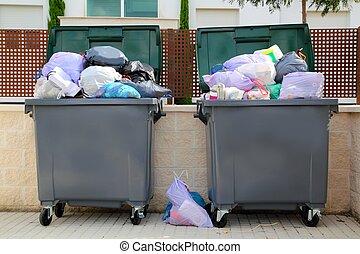 Basura llena de contenedores en la calle