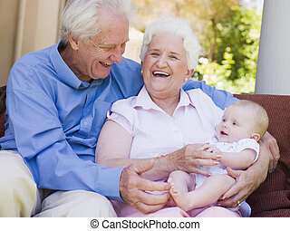 bebé, abuelos, sonriente, patio, aire libre
