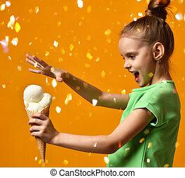 bebé, barquillos, niña bonita, asimiento, cono, niño, blanco, helado, plátano