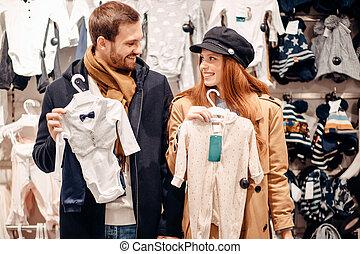bebé, caucásico, juntos, búsqueda, pareja, recién nacido, joven, ropa