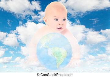 Bebé con globo de cristal en blanco, nubes suaves en el cielo azul