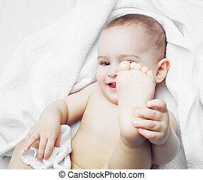 Bebé con una toalla