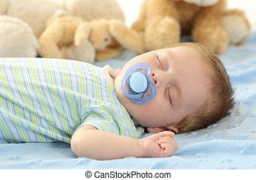 Bebé durmiendo con un chupete