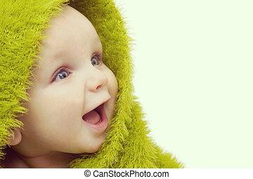 Bebé feliz en manta verde