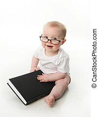 Bebé leyendo con gafas