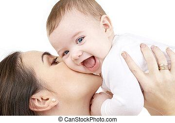 Bebé riéndose jugando con mamá