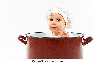 Bebé sentado dentro de una olla