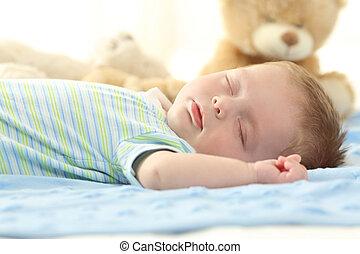 Bebé soltero durmiendo en una cama