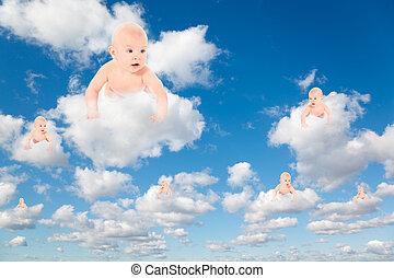Bebés en blanco, nubes suaves en el cielo azul
