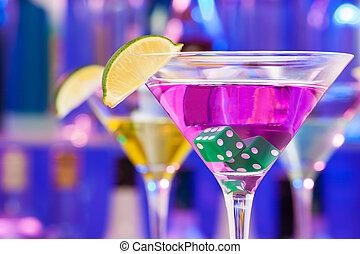 Beber cóctel con dados y lima en el vaso