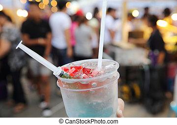 Bebidas coloridas en el mercado tailandés local