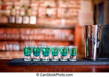 Bebidas de cóctel azul curacao alcohólico en el bar