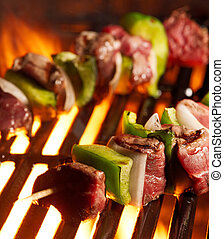 Beef shishkababs en la parrilla