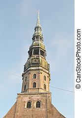 Belfry de la iglesia de St. Peter en riga.