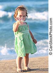 Bella chica en la playa