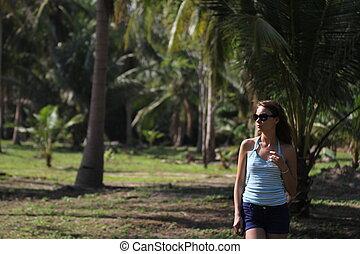 Belleza morena en un bosque tropical