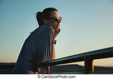 Belleza nóstálgica con gafas de sol