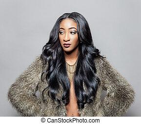 Belleza negra con cabello rizado elegante