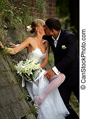 Besar a una pareja recién casada